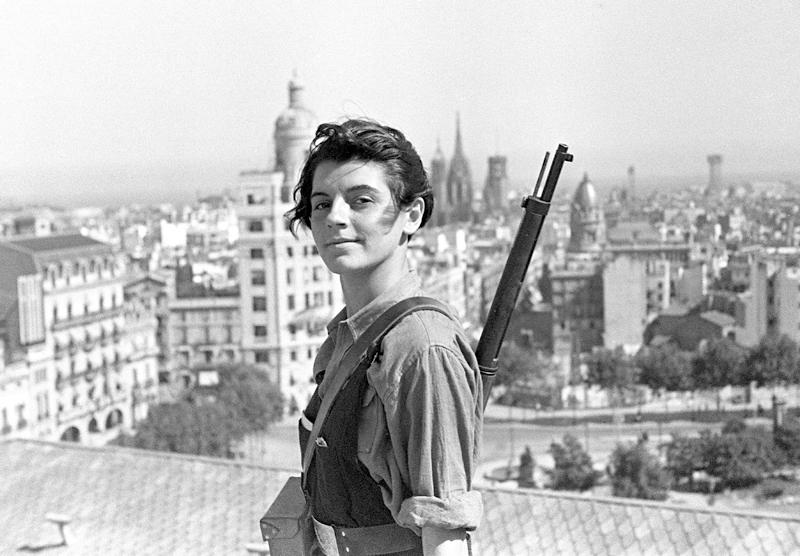 MD34. MADRID, 15/05/08.- Fotografía del Archivo Histórico de Efe, tomada el 21 de julio de 1936 en la azotea del hotel Colón de Barcelona, de la miliciana Marina Ginestá, afiliada a las juventudes comunistas, fusil al hombro, mirando a la cámara. Ginestá tenía 17 años cuando el fotógrafo Juan Guzmán la inmortalizó en una de esas imágenes que, varias décadas después, se convertirían en un símbolo de la contienda y que forman parte del Archivo Histórico de Efe. De Marina Ginestá nunca más se volvió a saber. Hasta que el empeño de un documentalista de Efe, Julio García Bilbao, permitió hallarla en París y que rememora aquel instante con una lucidez extraordinaria a sus 89 años. EFE/ARCHIVO HISTORICO/JUAN GUZMAN